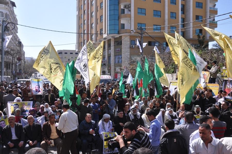 القوى الوطنية والإسلامية وأهالي الأسرى يحيون يوم الأسير قبالة مقر الصليب الأحمر بغزة
