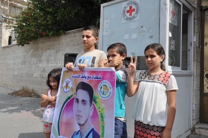 بالصور.. مهجة ا لقدس تنظم خيمة تضامنية مع الأسرى  المضربين أمام الصليب الأحمر