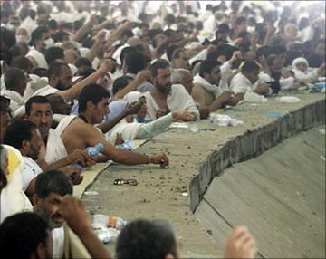 خبر عالمي الحجاج يرمون الجمرة الكبرى في منى قرب مكة المكرمة