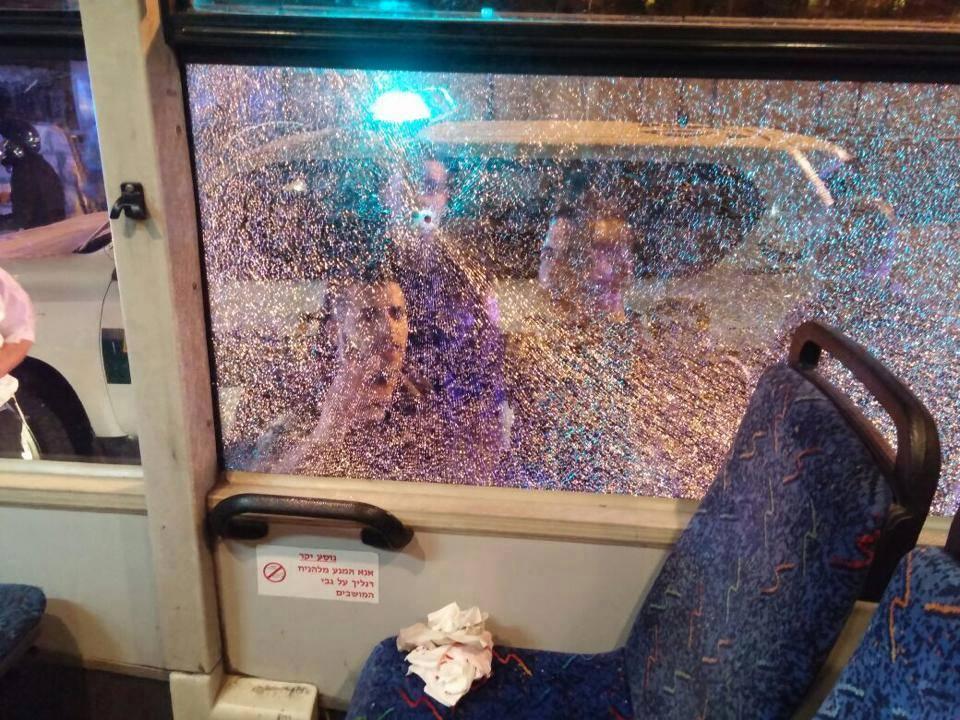 القاء الحجارة على حافلة إسرائيلية