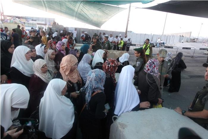 في الجمعة الاولى بشهر رمضان..آلاف المواطنين يزحفون نحو القدس لتأدية الصلاة
