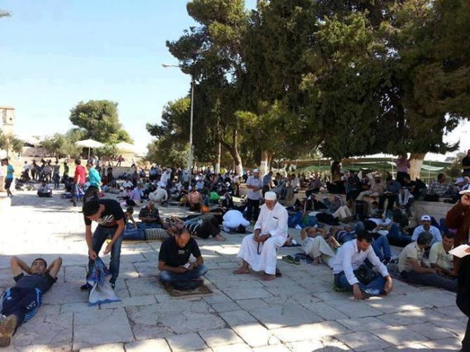 توافد الآف المصلين إلى القدس في الجمعة الأخيرة من رمضان