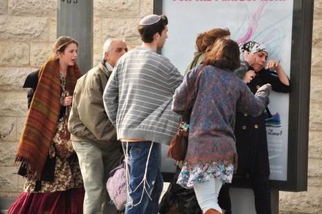 مستوطنات يعتدين على فلسطينية