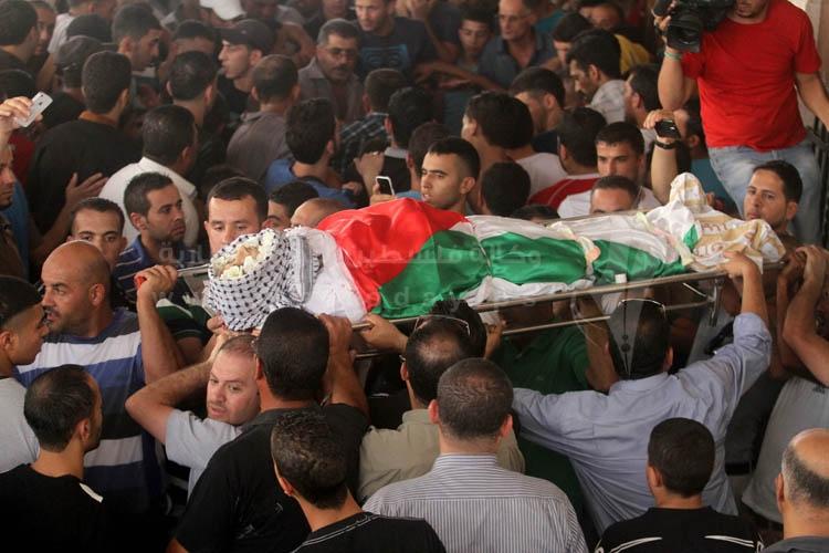 آلاف المواطنين يشيعون جثمانين شهداء مخيم قلنديا