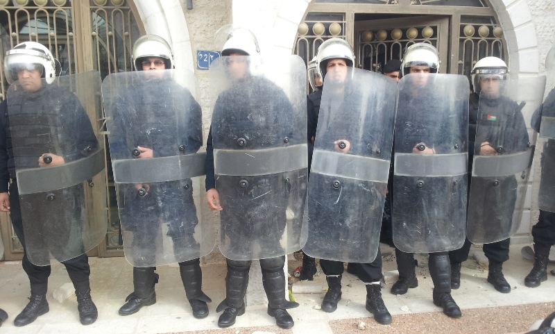 شبان يهاجمون مؤتمر تطبيعي