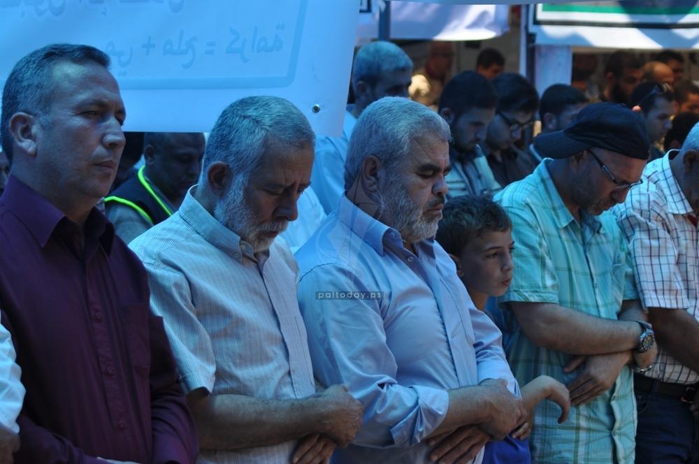 الجهاد تقيم صلاة الجمعة أمام مقر الصليب الأحمر بمدينة غزة