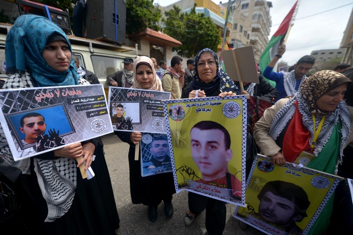 بالصورمسيرة للفصائل بغزة إحياءً ليوم الاسير (61426922) 